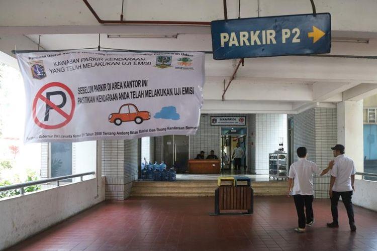 Gedung Parkir Kantor Walikota Jakarta Utara Dipasangi Spanduk Sosialisasi Larangan Parkir Bagi Kendaraan yang Tidak Lolos Uji Emisi
