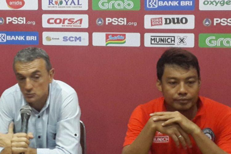 Pelatih Arema FC Milomir Seslija (kiri) bersama Kapten Arema FC Hamka Hamzah saat konferensi pers di Stadion Kanjuruhan, Kabupaten Malang, Minggu (10/2/2019)