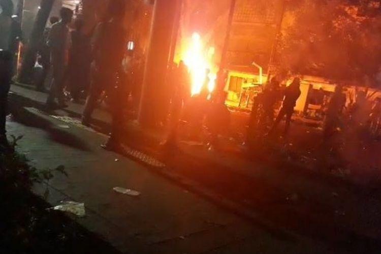 Tampak Masa Mengeluarkan  Sejumlah Barang Dari Dalam Pos Polisi Sabang di Jalan Kiayi Haji Wahid Hasyim dan Membakarnya, Kamis (23/5/2019) dini har.i