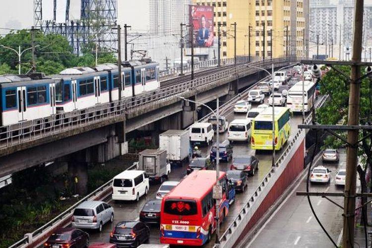 Epifanio de los Santos Avenue (EDSA) adalah jalan utama di sekitar Metro Manila, lebarnya hampir 24 km. Wilayah ini sering padat sepanjang hari oleh penumpang yang ingin menuju sekitar kota.