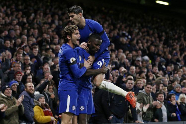 Bek Chelsea, Antonio Ruediger (tengah), merayakan gol yang dia cetak bersama Marcos Alonso (kiri) dan Alvaro Morata dalam laga Liga Inggris kontra Swansea City di Stadion Stamford Bridge, London, pada 29 November 2017.