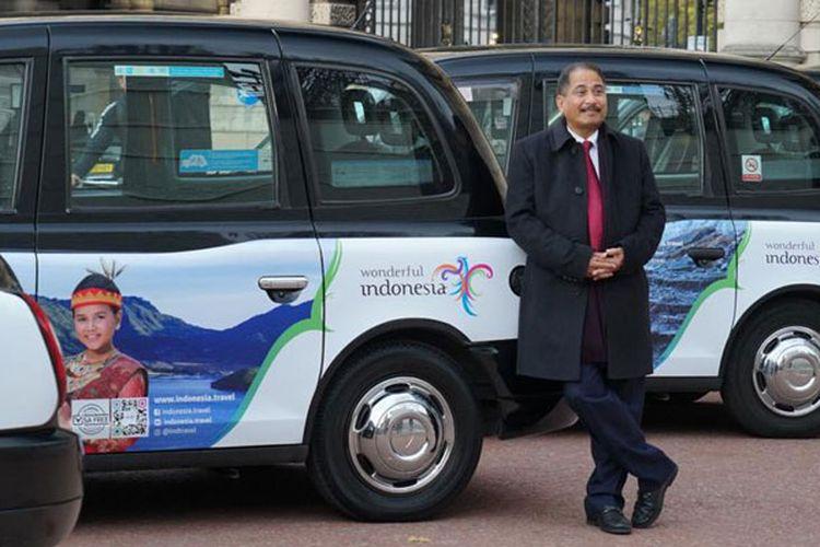 Menteri Pariwisata Arief Yahya berfoto di depan taksi Inggris berlogo Wonderful Indonesia di London, Selasa (6/11/2018). Promosi di taksi Inggris yang dikenal dengan black cab ini bersamaan dengan keikutsertaan Kementerian Pariwisata dalam World Travel Market yang berlangsung di gedung Excel London pada 5-7 November 2018.