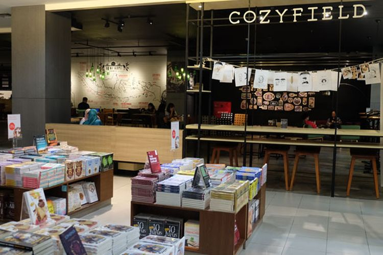 Cozyfield Café di Toko Buku Gramedia merupakan tempat yang tepat apabila kalian ingin membaca buku, mengerjakan tugas atau menunggu teman anda yang sedang mencari buku.