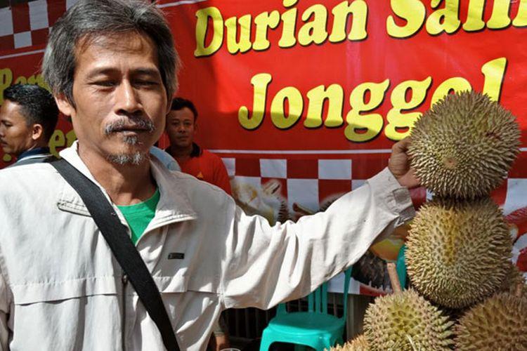 Salim (55) ahli durian yang sejak 1995 telah menggeluti raja buah ini di Taman Buah Mekarsari, di bazar durian Blok M Square, Jakarta, Rabu (7/3/2018). KOMPAS.com/MUHAMMAD IRZAL ADIAKURNIA)
