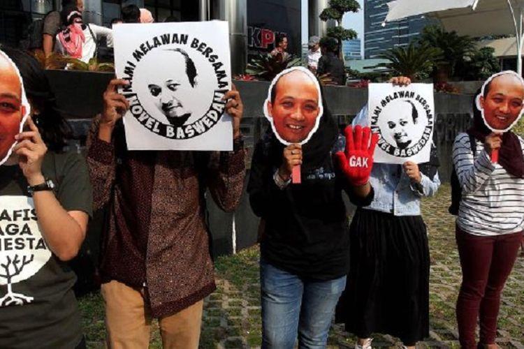 Sejumlah aktivis dari Koalisi Masyarakat Sipil melakukan aksi mengecam aksi kekerasan terhadap Novel Baswedan di depan gedung Komisi Pemberantasan Korupsi (KPK), Jakarta, Selasa (11/4/2017). Mereka dengan membawa gambar wajah Novel meminta pemerintah untuk mengusut tuntas kekerasan tersebut.