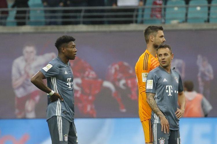 David Alaba, Sven Ulreich, dan Rafinha kecewa dengan hasil imbang tanpa gol pada laga Red Bull Leipzig vs Bayern Muenchen di Red Bull Arena dalam lanjutan Bundesliga, 11 Mei 2019.