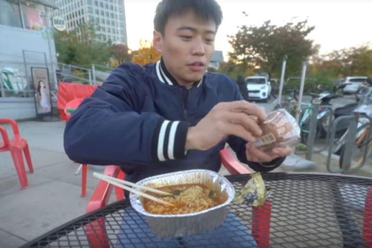 Vlogger Korea Selatan yang fasih berbahasa Jawa dan Indonesia, Jang Hansol, memperkenalkan teknologi memasak mie instan otomatis yang populer di negerinya.