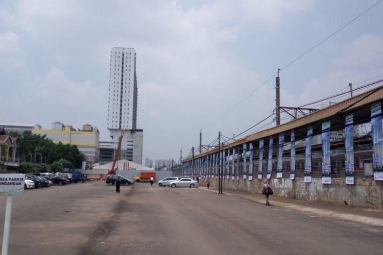Area parkir di Stasiun Pondok Cina yang akan dijadikan lahan rumah susun berkonsep transit oriented development (TOD). Rusun TOD yang dibangun di Stasiun Pondok Cina merupakan bagian dari kerja sama antara  Perum Perumnas dam PT KAI.