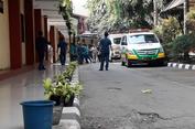 2 Ambulans Dikawal Petugas Bersenjata Tiba di RS Polri
