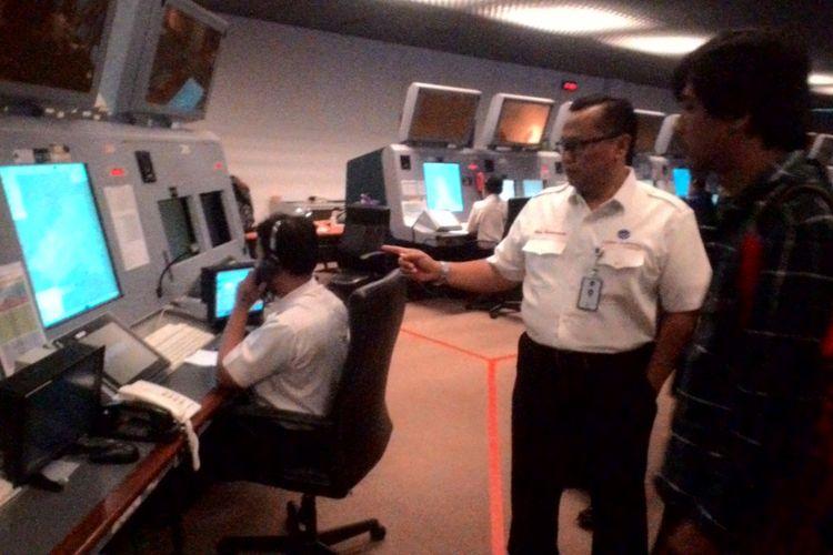 General Manager AirNav Indonesia Cabang Utama Makassar Air Traffic Service Center (MATSC), Novy Pantaryanto memperlihatkan ruang kontrol lalulintas udara Upper Papua di kantornya, Rabu (4/4/2018).