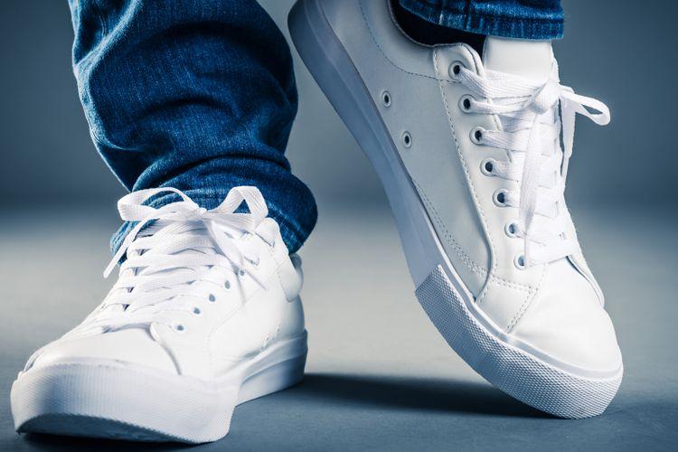 Sneakers putih untuk pria