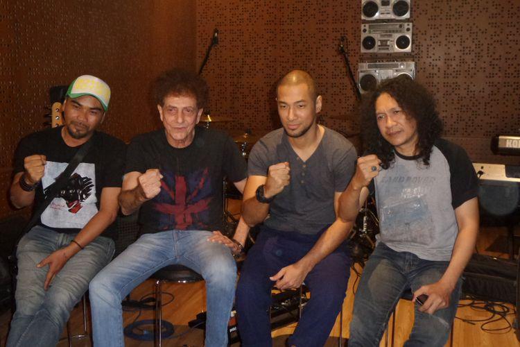 Ahmad Albar (vokal), Iis Rodinda (vokal), Marcell Siahaan (drum), dan Utox (gitar) sedang memproduksi singel berjudul Indonesia Bersatu di NU Straight Studio Cipete, Jakarta Selatan, Selasa (14/11/2017).