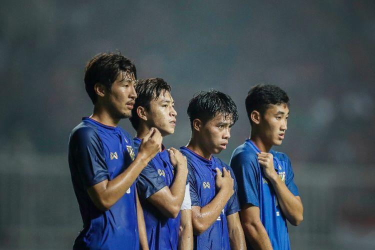 Sejumlah pemain timnas U-23 Thailand membentuk pagar betis pada pertandingan versus timnas U-23 Indonesia di Stadion Pakansari, 3 Juni 2018.