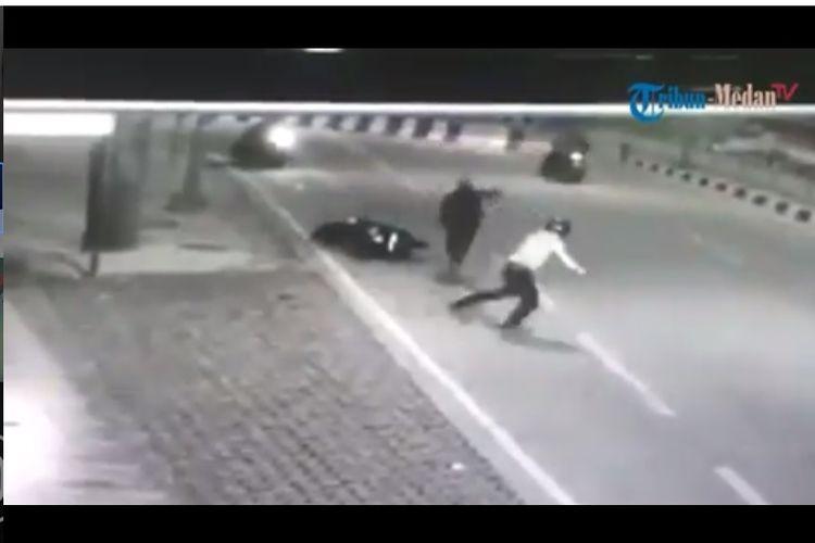 Aksi anggota begal, dua motor komplotan begal pepet seorang pengendara motor di underpass Titikuning Medan, pelaku tampak menyabetkan sesuatu dan mengejar korban. Aksi ini terekam CCTV pada Jumat (12/7/2019).