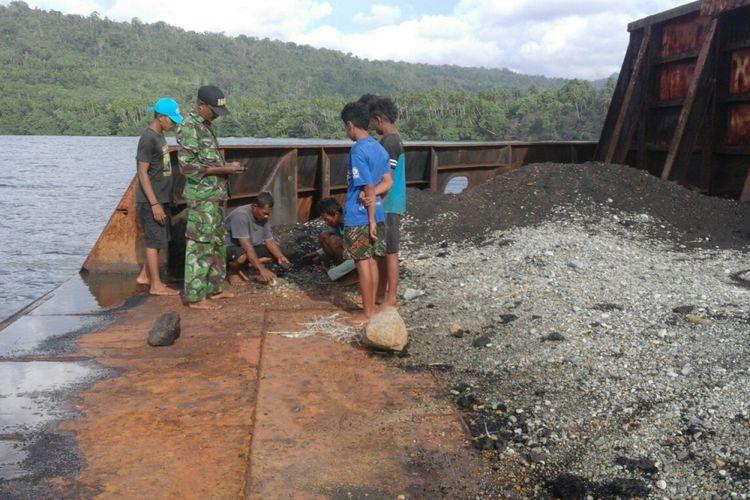 Sebuah tongkang sarat muatan batu bara terdampar di perairan Dusun Waiyoho, Desa Kawa, Kecamatan Taniwel, Kabupaten Seram Bagian Barat, Maluku, Rabu (7/2/2018).