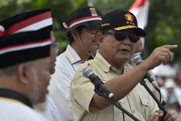 Ketua Umum sekaligus Ketua Dewan Pembina Partai Gerindra Prabowo Subianto (kanan) menyampaikan orasi dalam Aksi Bela Rohingya 169 di Monumen Patung Kuda, Jakarta, Sabtu (16/9/2017). Aksi dari Crisis Center for Rohingya PKS bersama ormas-ormas Islam tersebut menyuarakan dihentikannya kekerasan dan dikembalikannya hak kewarganegaraan etnis Rohingya.