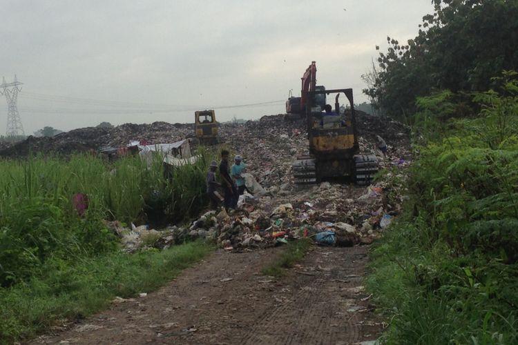 Lokasi pembuangan sampah liar di Desa Bojongsari, Brebes, Kamis (21/12/2017). Sampah di lokasi ini bersumber dari Cirebon.