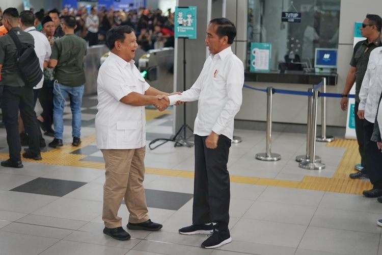 Presiden Joko Widodo dan rivalnya di Pilpres 2019 Prabowo Subianto akhirnya bertemu. Pertemuan terjadi di stasiun MRT Lebak Bulus, Jakarta Selatan, Sabtu (13/7/2019).
