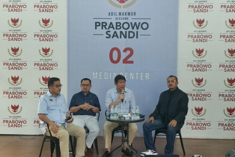 Direktur Media dan Komunikasi Badan Pemenangan Nasional pasangan Prabowo Subianto-Sandiaga Uno (BPN) Hashim Djohadikusumo saat menggelar konferensi pers di media center pasangan Prabowo-Sandiaga, Jalan Sriwijaya, Jakarta Selatan, Sabtu (20/4/2019).
