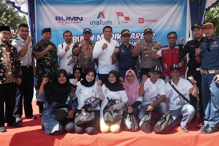 Para perwakilan peserta mudik berfoto bersama jajaran manajemen Inalum dan pejabat setempat lainnya sebelum bertolak dari Pelabuhan Batu Ampar, Batam menuju Pelabuhan Belawan, Medan menggunakan kapal KM Kelud milik PELNI, Jumat (31/5/2019).