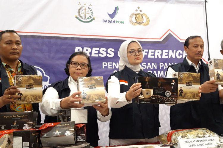 BPOM sita 190 ribu sachet kopi Pak Belalang asal Malaysia, di Kantor BPOM, Jakarta Pusat, Senin (20/5/2019)