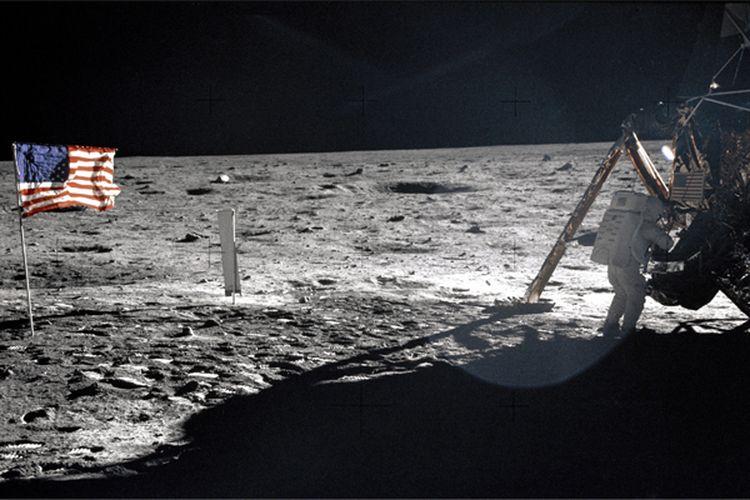 Neil Armstrong menjadi manusia pertama yang menjejakkan kaki di bulan.