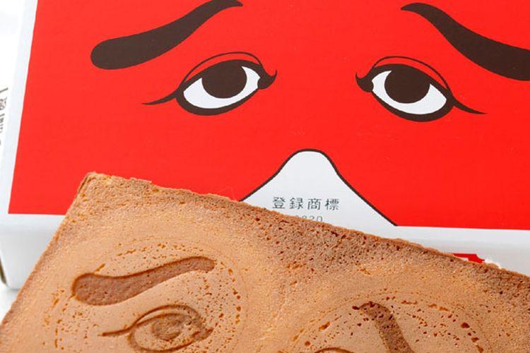 Niwaka Senbei yakni kue beras dengan cetakan mata sayup yang diambil dari motif topeng Shogeki (pementasan lawak) bernama Hakata Niwaka ini terkenal sebagai oleh-oleh yang mewakili daerah Hakata, salah satu nama daerah di Fukuoka, Jepang.