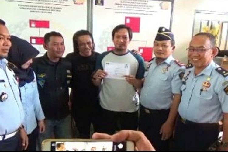 Setelah menjalani masa tahanan selama tiga tahun, seorang napi teroris asal Poso, Sulawesi Tengah, Chandra Jaya alias Abu Yasin (tiga dari kanan) resmi dibebaskan dari Lapas Polewali Mandar, Selasa (29/1/2019).