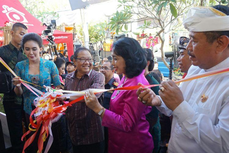 Menteri Koperasi dan UKM AAGN Puspayoga (tengah) saat pembukaan  acara Celuk Jewellery Festival di Gianyar, Bali, Jumat (13/10/2017).