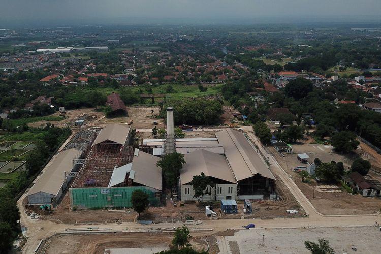 Pengerjaan proyek revitalisasi bekas Pabrik Gula Colomadu di Kabupaten Karanganyar, Jawa Tengah, terus berlangsung, Senin (4/12/2017). Pabrik gula yang dibangun tahun 1861 dan berhenti beroperasi tahun 1997 tersebut dikembangkan menjadi tempat bisnis, museum, serta tempat pertemuan berskala internasional, dengan tetap mempertahankan unsur peninggalan masa lampau.