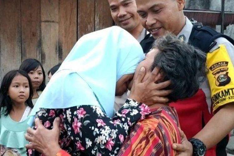 Tangis Kasmi (60) dan Sangkut Lestari (35), anak dan ibu warga Bedeng Sentral Pasar Inpres Tanjung Enim Muaraenim pecah ketika bertemu setelah terpisah selama hampir 30 tahun lamanya, Selasa (25/6/2019).
