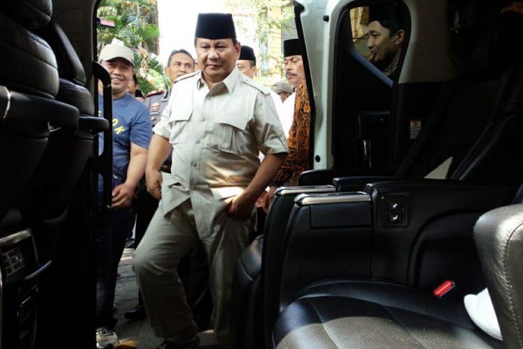 Bakal Calon Presiden RI, Prabowo Subianto, saat akan meninggalkan Pesantren Tebuireng dan melanjutkan perjalanan ke Pesantren Tambakberas Jombang, Kamis (6/9/2018).