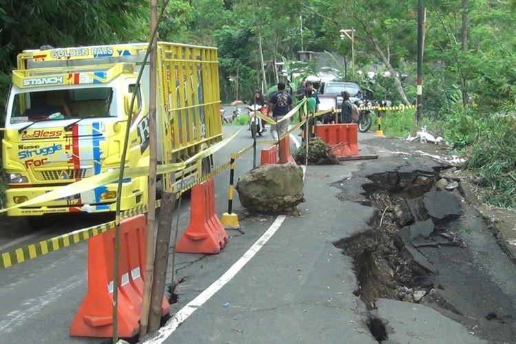 Jalur penghubung Trenggalek-Pacitan yang mengalami ambles di desa Cakul kecamatan Dongko Trenggalek Jawa Timur beberapa waktu lalu (17/05/2019)