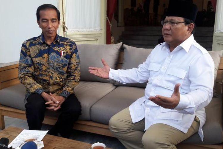 Presiden Joko Widodo dan Ketua Umum Gerindra Prabowo saat bertemu di Istana Merdeka Jakarta, Kamis (17/11/2016).