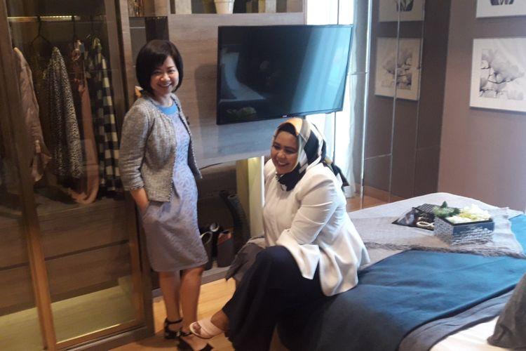 Marketing Manager Capitol Group Tjung Su Li didampingi Marketing Manager Capitol Suites Fitri Hardigaluh menjelaskan tentang unit dua kamar tidur di The Capitol Suites, Menteng, Jakarta Pusat, Selasa (7/8/2018).