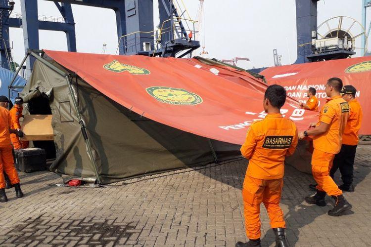 Petugas Basarnas membongkar salah satu tenda yang didirikan di Dermaga JICT 2 Pelabuhan Tanjung Priok, Sabtu (10/11/2018).