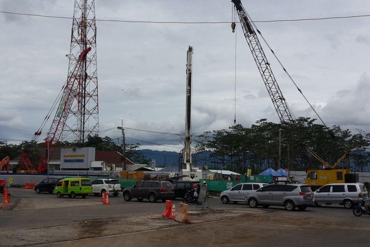 Pengerjaan underpass exit Tol Pandaan - Malang di persimpangan Karanglo, Kabupaten Malang, Selasa (22/1/2019)