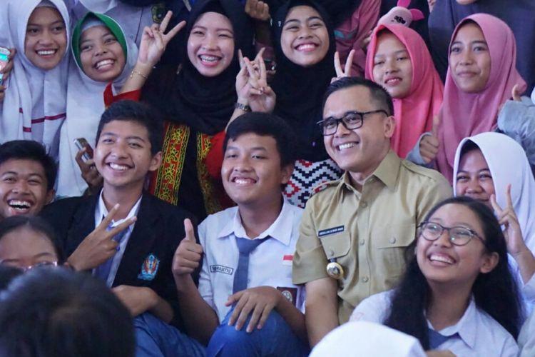 Bupati Banyuwangi Abdullah Azwar Anas bersama dengan peserta internet marketing yang diikuti pemuda beberapa waktu yang lalu