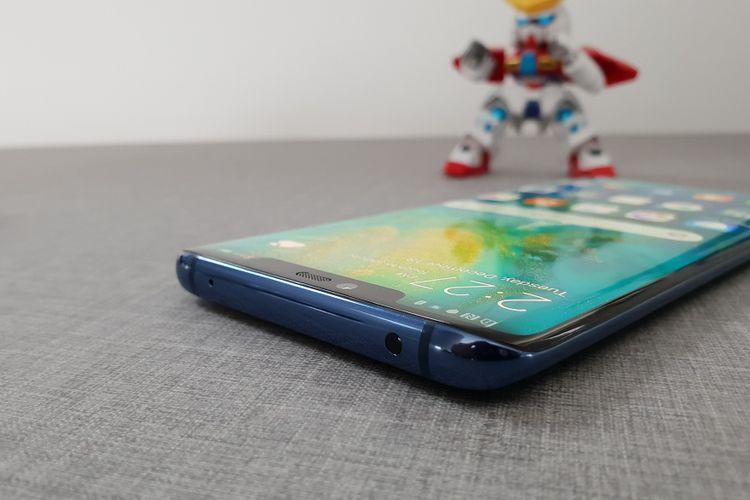 Huawei Mate 20 Pro memiliki poni di bagian atas layar. Poni ini membungkus kamera selfie sebesar 24 megapiksel
