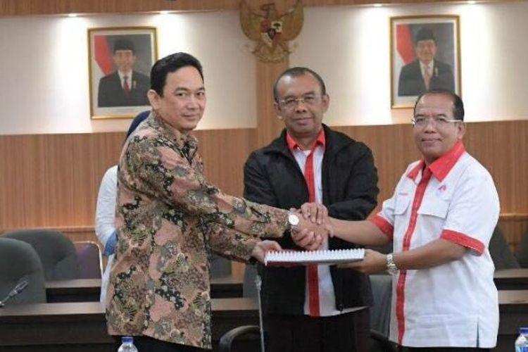 Sekretaris Kemenpora (Sesmenpora) Gatot S. Dewa Broto menyaksikan dan memberikan arahan pada acara serah terima jabatan (sertijab) Direktur Lembaga Pengelola Dana dan Usaha Keolahragaan (LPDUK) di Lantai 3 Kantor Kemenpora Jakarta, Rabu (15/11)