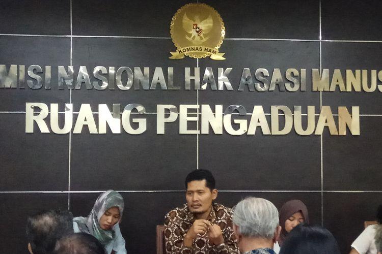 Komisioner Komisi Nasional (Komnas) Hak Asasi Manusia (HAM) Muhammad Nukhoiron saat menerima pengaduan Yayasan Penelitian Korban Pembunuhan 1965-1966 di kantor Komnas HAM, Jakarta, Selasa (24/10/2017).