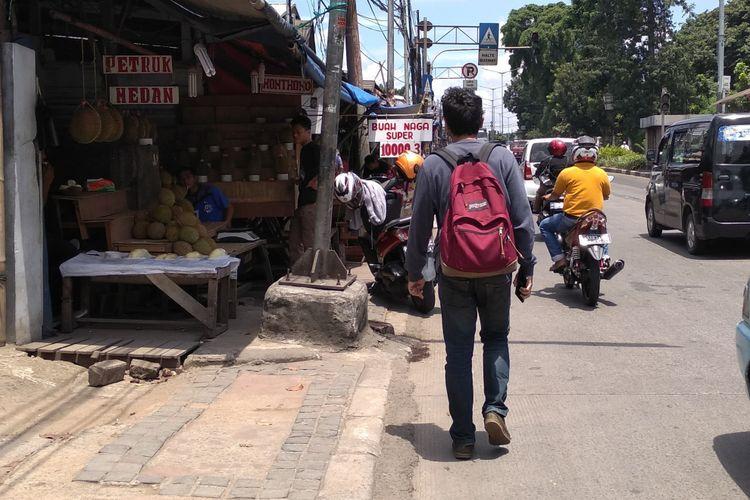 Kesemerautan trotoar di Kramat Jati, Jakarta Timur, Selasa (17/4/2018)
