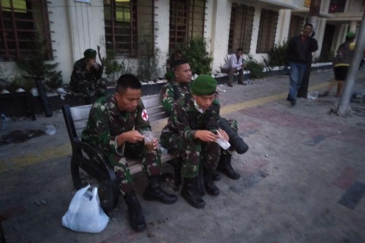 Personil Kodim Jakarta Pusat Berbuka Puasa di Jalan Jati Baru, Tanah Abang, Jakarta Pusat, Rabu (22/5/2019)