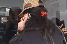 Pakai Masker dan Topi, Istri Rio Reifan Besuk di Rutan Narkoba Polda Metro Jaya