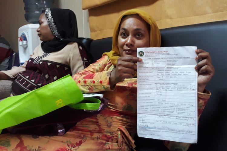 Kakak terduga pelaku pembunuhan, Siti Nuraeni (43), membawa bukti visum terkait kekerasan yang dilakukan alamarhum Indria Kameswari kepada suaminya, Senin (4/9/2017).