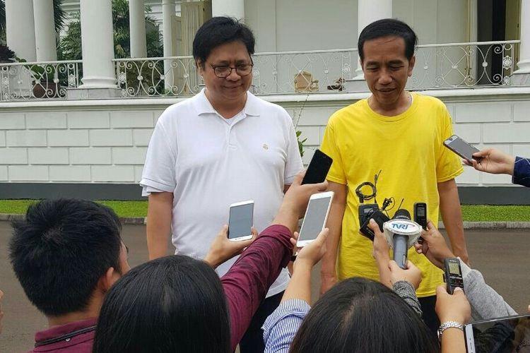 Presiden RI Joko Widodo usai lari pagi bersama dengan Menteri Perindustrian RI Airlangga Hartarto ketika ditemui di Istana Bogor, Minggu (24/3/2018).