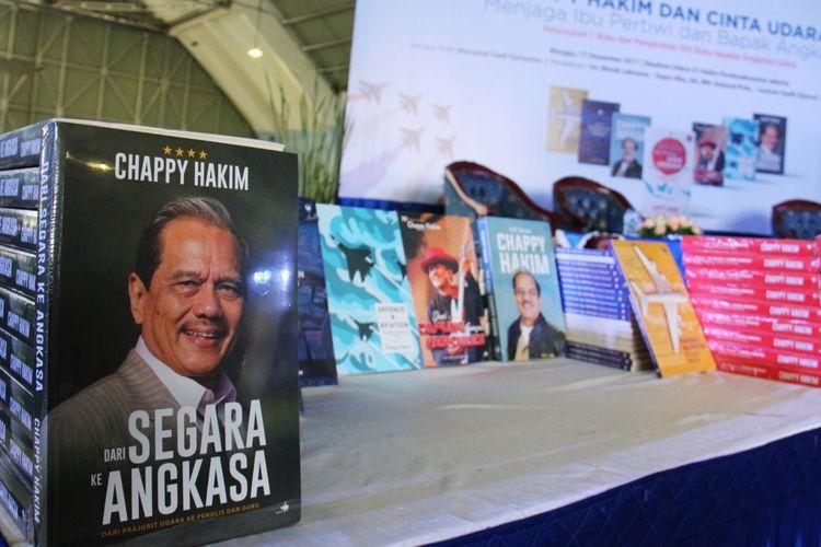 Beberapa buku karya Marsekal TNI (Purn.) Chappy Hakim saat peluncuran buku dan penyerahan 100 buku kepada Angkatan Udara di Skadron Udara 31 Halim Perdanakusuma, Jakarta, Minggu (17/12/2017).