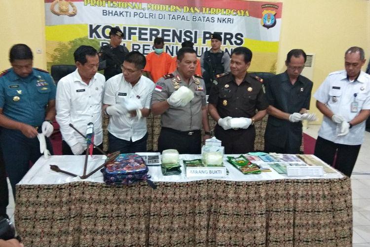 Kapolda Kalimantan Utara  Brigjen Pol Indrajit memperlihatkan sabu seberat 4,3 kilogram dari negara bagian Sabah, Malaysia, yang akan diselundupkan melalui perbatasan Kabupaten Nunukan.