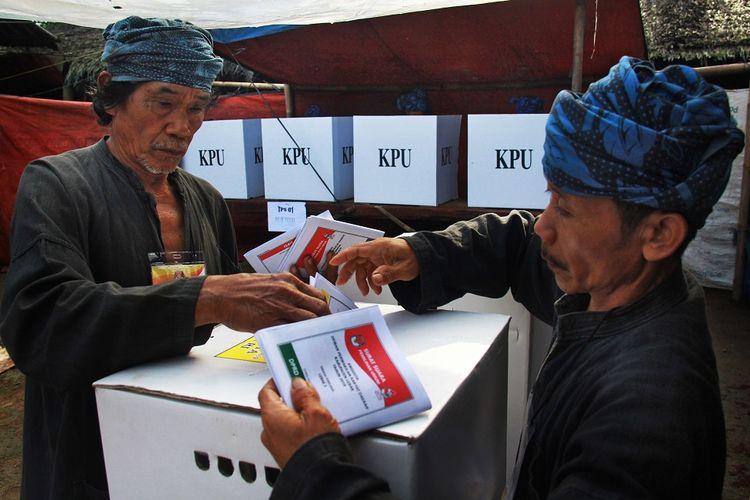 Warga Baduy Luar dibantu petugas TPS memasukan kertas suara usai melakukan pencoblosan dalam Pemilu 2019 di TPS 01 di Desa Kanekes, Lebak, Banten, Rabu (17/4/2019). ANTARA FOTO/ Dziki Oktomauliyadi/af/hp.