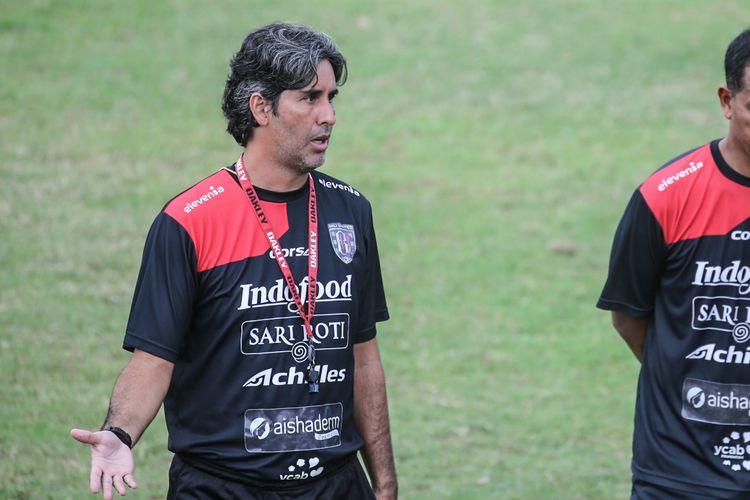 Stefano Cugurra Teco saat memimpin sesi latihan tim Bali United, Kamis (25/4/2019)